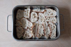 Trempage des tranches de pain perdu