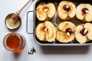 Pommes au four, miel au safran