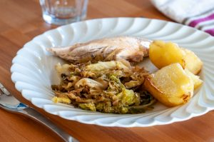 Chou braisé, poulet et pommes de terre rôtis