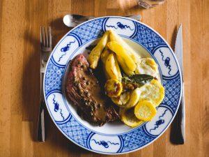 Rumsteak au poivre vert, gratin de courgette, pommes de terre rôties