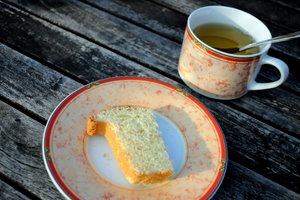 Brioche et thé sur la terrasse