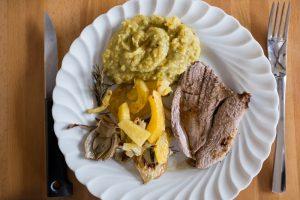 Gigot d'agneau, purée de pois cassés et légumes rôtis