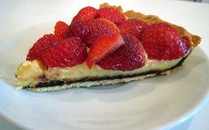 Part de tarte aux fraises et au chocolat