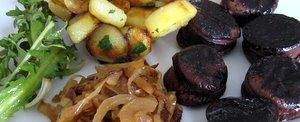 Boudin, pommes de terre, oignons, salade