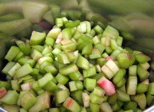 Préparation de la compote de rhubarbe