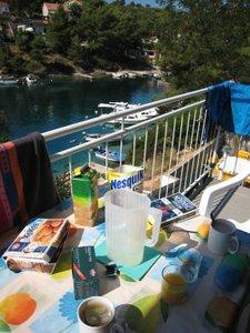 Petit déjeuner à Basina, sur le balcon