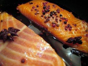 Saumon aux épices en train de cuire