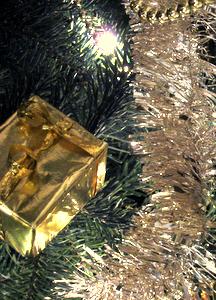 Cadeau doré et guirlande dorée-argentée