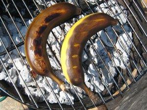 Bananes en train de cuire sur le barbecue