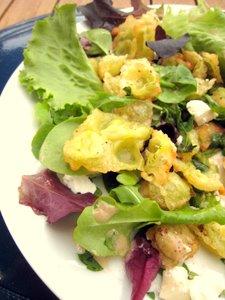 Salade de ravioles frites au chèvre