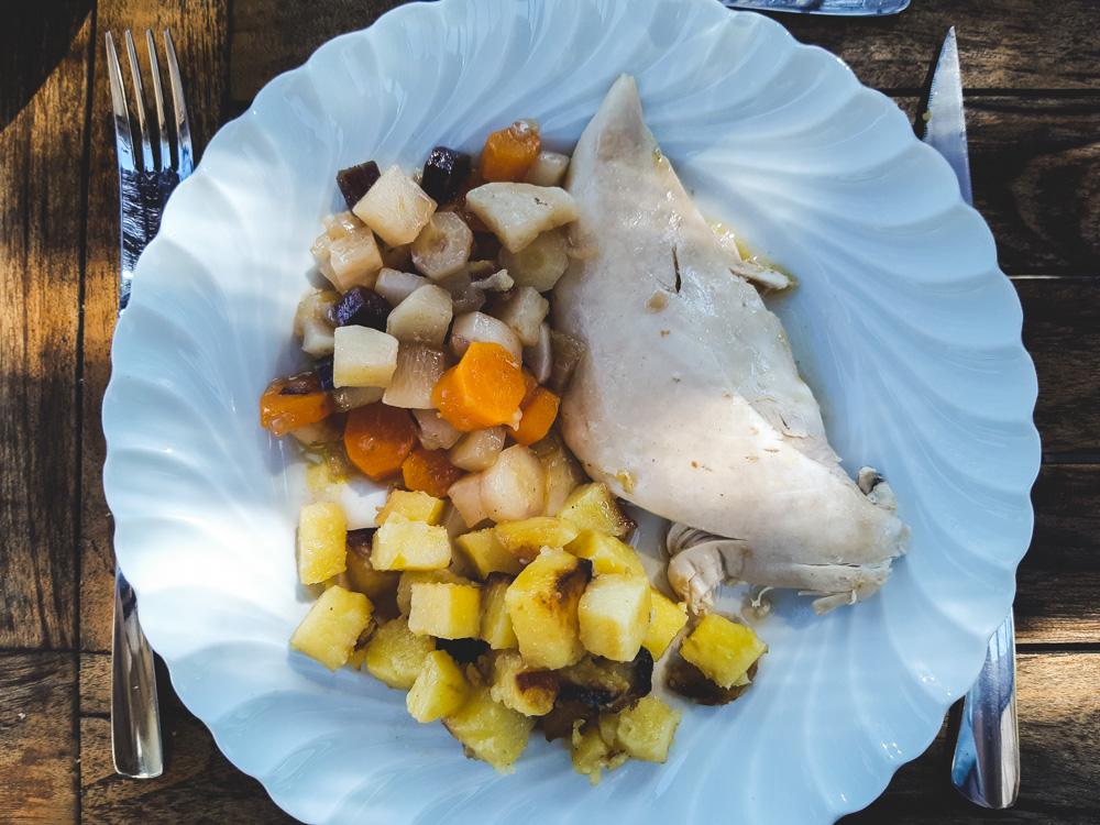Pintade, légumes et pommes de terre sautées