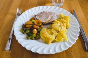 Rôti de porc, pomme de terre, carotte et céleri