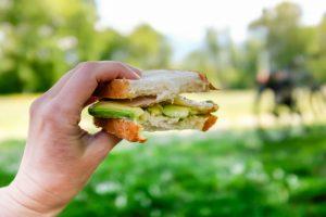 Sandwich avocat et truite fumée