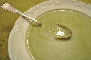 Soupe de courgette aux fanes de radis