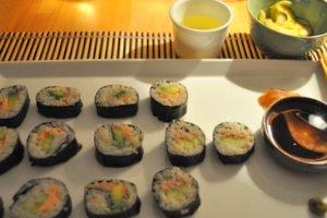 Maki sushi, salade de concombre et thé au riz grillé