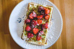 Gaufre rhubarbe-fraise à la crème
