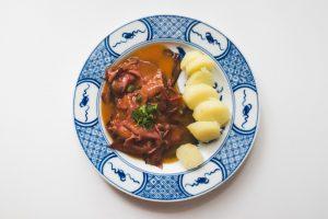 Langue de boeuf, sauce à la tomate