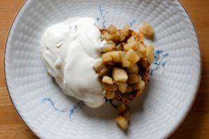 Pain d'épices aux pommes vanillés et crème fouettée