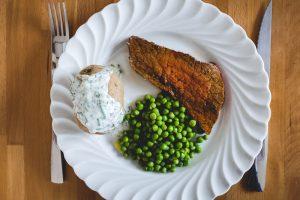Rôti de boeuf, pommes de terre en papillote et petis pois